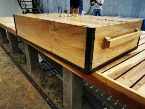 Cajón de madera con refuerzo metálico