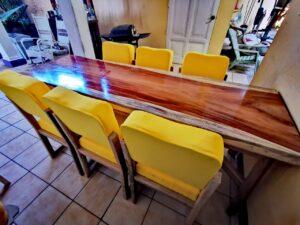 Mesa de madera con su juego de sillas