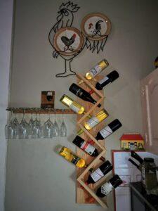 Porta-vino-de-madera-forma-vertical